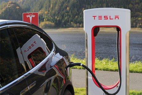 De Amerikaanse Autoverzekeraar AAA verhoogt zijn premie voor eigenaren van een Tesla