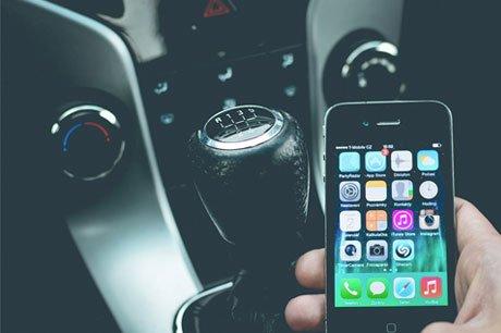 Het gebruik van de mobiele telefoon in het verkeer zou steeds meer ongevallen veroorzaken. Verzekeraars slaan daarom alarm.
